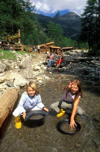 """BILD zu TP - Mit dem Urlaubsangebot """"TauernGold"""" der NationalparkRegion Hohe Tauern Kärnten werden die Schätze der Natur im größten Nationalpark der Alpen erlebbar! Im Bild: Kinder beim Goldwaschen"""
