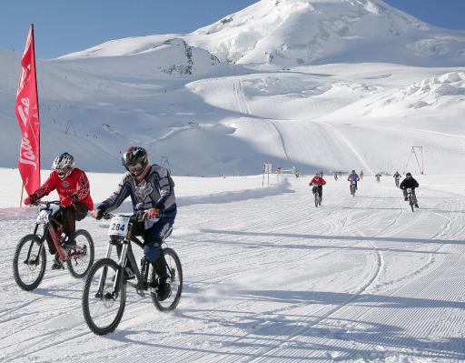BILD zu TP - Aufnahmen vom Glacier Bike Downhill im April 2005 in Saas Fee. Auch 2006/2007 bietet Saas-Fee eine Vielzahl von Events. Zu den Highlights zählen der FIS Snowboard World Cup im November, The North Face Ice Climbing World Championship im Februar oder das Allalin-Rennen und Glacier Bike Downhill im April.