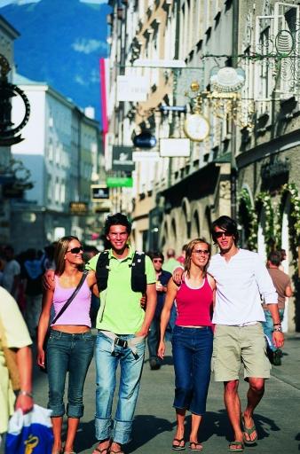 BILD zu TP - In rund 14 Monaten rollt der Ball. UEFA und die Stadt Salzburg haben die Host-City-Charta unterschrieben, der Weg in Richtung UEFA-Fußball-Europameisterschaft ist geebnet. Im Bild: Getreidegasse in Salzburg.