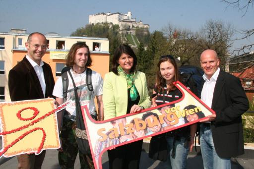 BILD zu TP - Erstmals erzielte das Jugend u. Familiengästehaus mit 103.000 Nächtigungen den Platz 1 in Österreich. Foto mit LH Burgstaller (Mitte), GF Gernot Reitmaier (ganz rechts), Hausleiter Herwig Tritscher (ganz links) und 2 Neuseeländischen Urlaubern.