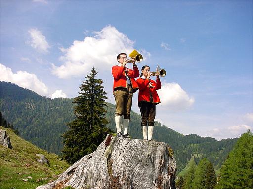 """Im Lesachtal will man mit dem """"Kärntner Wanderopening"""" auf eine der schönsten Wanderregionen im gesamten Alpenraum hinweisen. Das umfangreiche Rahmenprogramm rund ums Wandern, Klettern kann sich sehen lassen. Im Bild: Weissenbläser in der Traditionellen Tracht beim Wanderopening"""