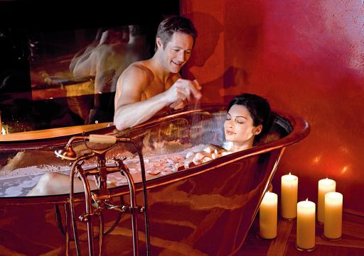Wellness-Rosenbad Der 2.000 m2 große Wellnessbereich Rosalpin SPA ist der neue Treffpunkt für Verwöhnte. Bei wohltuenden Schönheitsbädern, im Saunarium und bei My SPA-Anwendungen tanken Körper, Beauty und Seele rundherum auf.