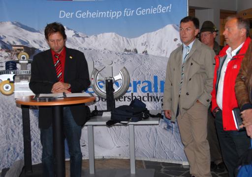 GF Petz mit Dir. Prammer und Ing. Reisenauber Auch die ausstellenden Firmen, wie Siemens vertreten durch Hr. Dir. Prammer oder Firmenchef Gerald Reisenauer von der Fa. HTP, waren überrascht, mit welcher Qualität man hier am Berg eine Sonderausstellung kreiert hat.