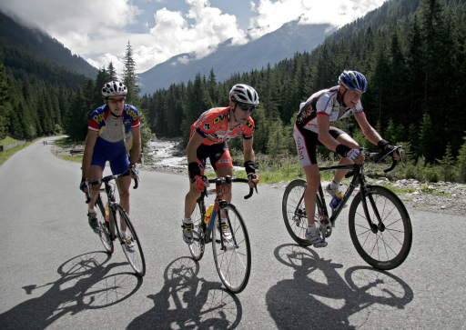 """Spitzenfahrer aus Italien, Deutschland und Österreich messen sich auf der 35 Kilometer langen, selektiven Bergstrecke des """"Bergkaiser"""" zwischen Innsbruck und Kühtai am 12. August 2007 mit Amateuren und Hobbysportlern."""