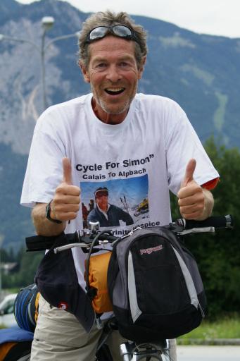 Der 52 Jährige Brite Steve Anstey setzte sich gegen Wind und Wetter durch und erreichte nach 12000 Kilometer sein Ziel in Alpbach, wo er feierlich erwartet wurde.
