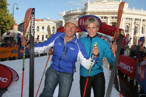 Leo Bauernberger (li.) und Felix Gottwald auf der Langlaufloipe vor dem Rathausplatz