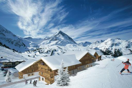 Einmalig ist die Lage des Luxusresorts: 2.000 Meter über dem Alltag - in einem der schneesichersten Skigebiete der Alpen mit Schneegarantie von November bis Mai - findet der Erholungssuchende das AlpinResort Kühtai. Das Refugium für anspruchsvolle Gäste liegt in erstklassiger Hanglage zentral im Ferienort Kühtai und doch direkt am Fuße der Skiabfahrt. Man wedelt bis zur eigenen Terrasse und hüpft vom Bett gleich auf den Skilift.