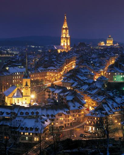 Vor der imposanten Kulisse der Schweizer Bergwelt und in den Schweizer Städten (im Bild das weihnachtliche Bern) bezaubern ab November 2007 die Weihnachtsmärkte die Besucher von Tell's Heimat.
