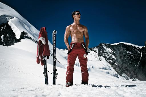 Die Schweiz setzt in diesem Winter voll auf den Charme ihrer Skilehrer: Vor dem Hintergrund des 75-Jahr-Jubiläums von Swiss Snowsports, dem Dachverband der Schweizer Ski- und Snowboardschulen, stehen im Zentrum der neuen Schweiz Tourismus Winter-Kampagne mit TV-Spot und vielen Aktionen die Schweizer Skilehrer. Im Bild: Skilehrer auf dem Allalingletscher auf 3500 m Hoehe oberhalb Saas-Fee im Kanton Wallis.