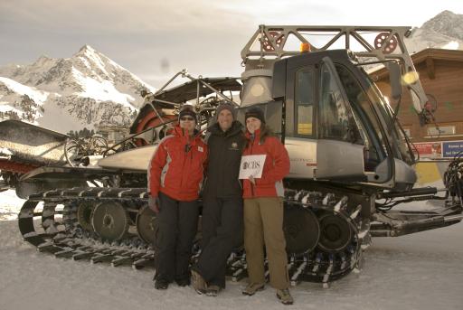 CBS filmte mit Moderator Andy Price und der Reisegewinnerin Barbara Waard im österreichischen Kühtai für die Early Morning Show.