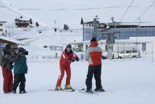 Die pensionierte amerikanische Lehrerin Barbara Waard wagte ihre ersten Skiversuch beim Österreichtrip mit CBS im Kühtai.