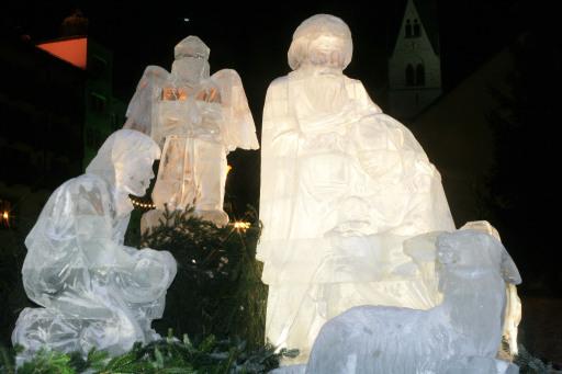 Weihnachtliches Eiskunstwerk in Mayrhofen am Sternplatz