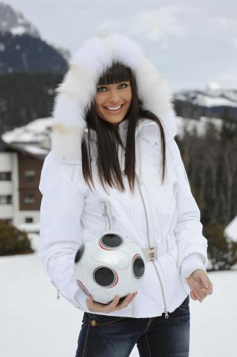 """Oxana Fedorova im Hintergrund das Teamquartier """"Der Krallerhof"""""""