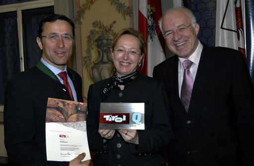 """Auch die Landestourismusorganisation darf sich dank hervorragender Ergebnisse über die Auszeichnung """"Tirol Q"""" freuen. Landeshauptmann Herwig van Staa überreichte Josef Margreiter, GF der Tirol Werbung und Projektbetreuerin Katleen Johne das Qualitätssiegel (v.re.)."""