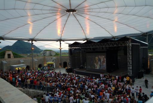 """Unter dem Motto """"Public Viewing statt Patschenkino"""" überträgt die Festung Kufstein in der Zeit vom 7. bis 29. Juni alle Spiele der Fußball-Europameisterschaft 2008 auf einer 30 qm-Großbildleinwand."""