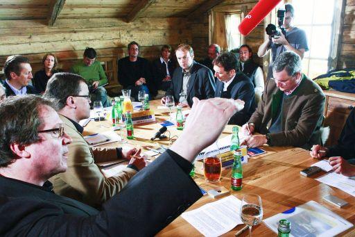 im Bild (von links): Andreas Reiter (gestikulierend) im Rahmen der Diskussion, daneben Manfred Perterer (Chefredakteur Salzburger Nachrichten), Christoph Norden (Chefredakteur Tourist Austria International), Frank Staud (Chefredakteur Tiroler Tageszeitung), Oliver Schwarz (GF Ötztal Tourismus) und Richard Hauser (GF Biohotel Stanglwirt, Going) http://www.pressefotos.at/main.php?g=1&u=57&dir=200802&e=20080225_t&a=event