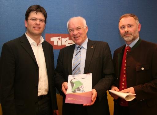 LH van Staa, Dr. Michael Brandl (Tirol Werbung) (links im Bild) und Dr. Gerhard Föger (r.) stellten heute das Konzept Jugendtourismus in Tirol vor.