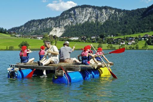 Mit dem selbst gebauten Floß in See stechen, macht den Kindern im Ferienland Kufstein besonders großen Spaß.