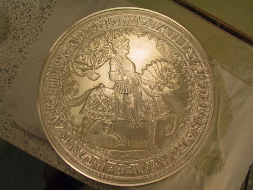 500 Jahre nach der Kaiserproklamation Maximilians I. - prägt die Münze Hall in Zusammenarbeit mit der Münze Österreich die auf fünf Stück limitierte und mit 2008 dag und 36 Zentimetern Durchmesser schwerste und weltgrößte Silbermünze, den Europataler.