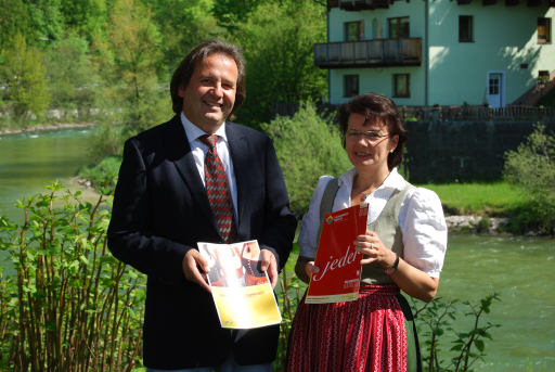"""Harald Schobesberger und Brigitte Stumpner freuen sich über die Stärkung des Angebots durch den gelungenen Verkauf der """"Incoming Abteilung"""" der """"Attersee-Attergau-Touristik"""""""