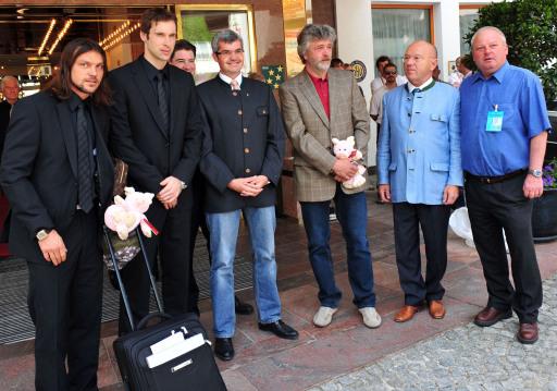 v.l.n.r. - Teamkapitän Tomás Ujfalusi, Petr Czech, Bürgermeister von Seefeld Mag. Werner Friesser, Bürgermeister von Reith b. Seefeld, TVB Obmann Fritz Kaltschmid, Sportsekretär Otmar Sommer.