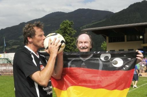 Dr. Bernd Gmehlin, der Mannschaftskapitän der deutschen Bürgermeister, küsst den Ball nicht umsonst - er ist Europameister.