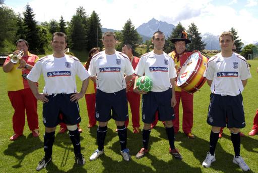 """Sie sind Fußballfan und kennen diese Herren nicht? Es ist die fast echte englische Nationalmannschaft. Britisch Airways drehte in Tirol einen Werbespot. Und zwar mit elf Engländern, die genau so heißen wie die echte Nationalspieler. Das Motto: England ist doch bei der EM! von links: John Terry, Michael Owen, Marc """"Wayne"""" Rooney und Steven Gerrard."""