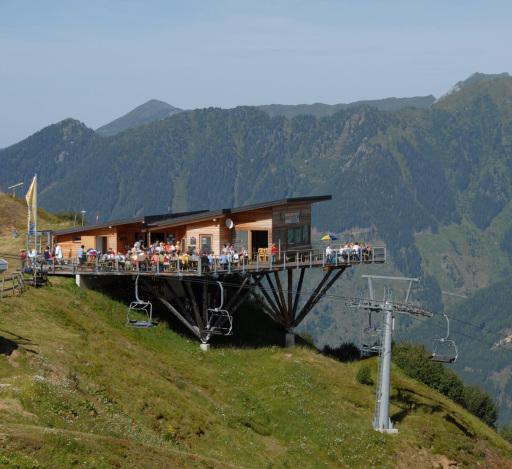 Die Riesneralmbesucher können unbeschwerlich zwischen allen Angeboten hin- und herpendeln und gleichzeitig die Gastronomie am Hochsitz und die einzigartige Panoramaterrasse genießen.
