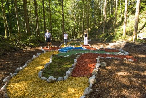 Im Adler-Labyrinth aus Rindenmulch in Scheffau legt man unnötigen Ballast ab und kehrt befreiter in den Alltag zurück.