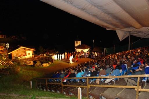 """Auf der imposanten Freilichtbühne Silbertal mit ca. 20.000 m2 Spielgelände wird diesen Sommer die Sage """"Das Geheimnis um Madrisa"""" (Montafon-Prättigau) aufgeführt."""
