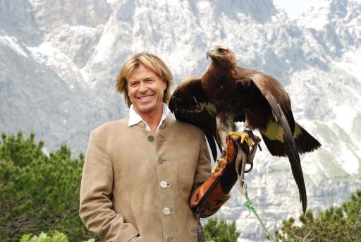 Hansi Hinterseer mit dem Adler auf der Falkenhütte im Karwendel
