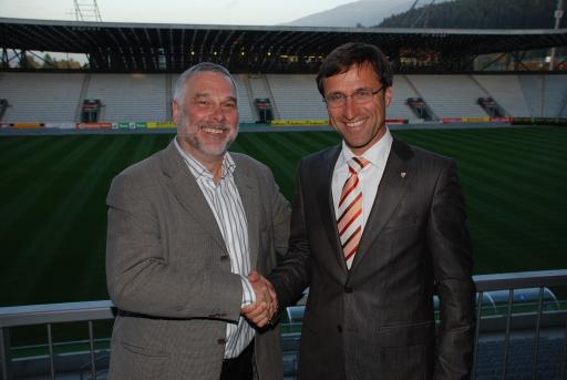 """v.l. Erich Hörtnagl und Josef Margreiter dürfen sich zum neuen EURO-Film """"Kicks and Hugs"""" - European Football Championship 08 in Tyrol gratulieren."""