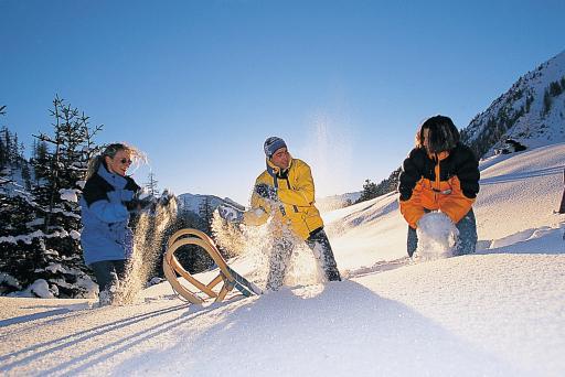 Fröhliche Rodelpartien führen in der Tiroler Ferienregion Mieminger Plateau & Fernpass - Seen neben bestens präparierten Rodelbahnen auch über schneebedeckte Wiesen und durch tief verschneite Wälder.