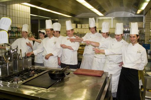 Chefkoch Roland Geisberger und sein Küchenteam vom Europa Stüberl des Grand Hotel Europa freuen sich über die zweite Haube des Gault Millau.