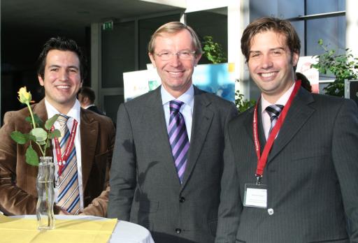 v.l.n.r.: Mario Jooss (FH Salzburg), LHStv. Dr. Wilfried Haslauer, Roman Egger (FH Salzburg)