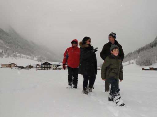 Ferdinand Pranger (re.) und sein Sohn Alexander begleiten Giuseppe und Nadia auf einer Winterwanderung durch die verschneite Gschnitzer Natur.