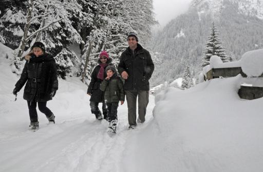 Romantische Winterwanderung mit Landwirt Ferdinand Pranger. Ferdinand Pranger (re.) und sein Sohn Alexander begleiten Nadia (li.) und Silvia auf einer Winterwanderung durch die verschneite Gschnitzer Natur.