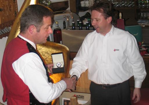 Sepp Greil überreichte Norbert Rier ein besonderes Geschenk - die neue Herzblut Andreas Hofer Uhr.