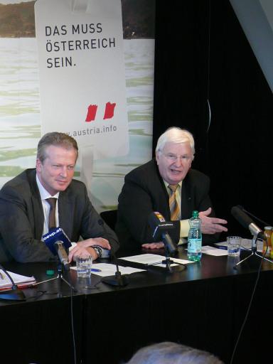 v.l.n.r.: Wirtschaftsminister Reinhold Mitterlehner und Obmann der WKÖ-Sparte Tourismus und Freizeitwirtschaft, Hans Schenner