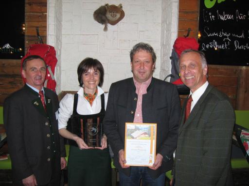 v.l.n.r.: Links: Reinhard Ferner, Obmann Österreich's Wanderdörfer; Hüttenwirte Deutinger, Pronebenalm am Hochkönig; Sieghard Preis, GF Vereinigung zur Qualitätssicherung für Wandern in Österreich
