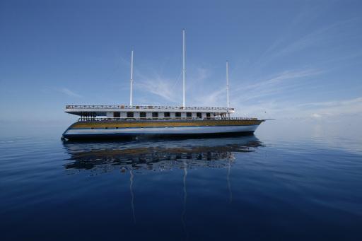 Hans Hass, der heuer seinen 90ten Geburtstag feierte, genoß 2005 gemeinsam mit dem bekannten Universumfilmer Erich Pröll Gast auf dem Schwesterschiff Nautilus One die hervorragende Ausstattung und den angenehmen Komfort an Bord.