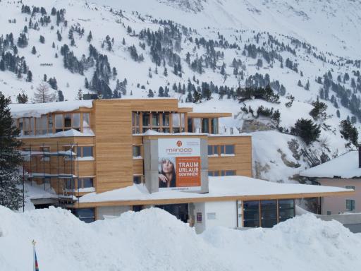 9.000 m3 Fels wurden gesprengt, damit ein Hotel in einem ganz anderen und für Obertauern einzigartigen Konzept entstehen konnte. (Schaffung einer ungewöhnlichen, modernen Infrastruktur mit unterirdischem Verbindungsgang ins Hallenbad/Murmeltierbau/Gang)