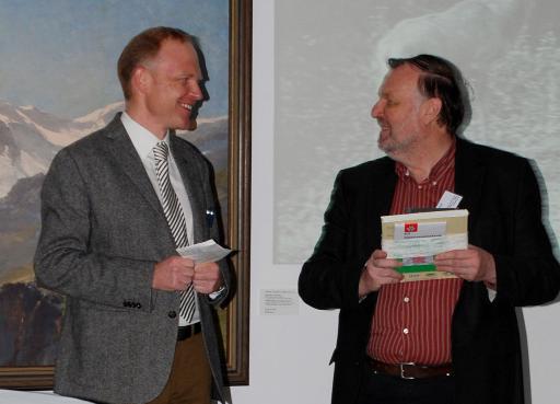 Der Präsident des Alpenvereins Dr. Christian Wadsack (links) bedankte sich beim Leiter der Museumsakademie Joanneum Dr. Gottfried Fliedl, der die Tagung mitorganisierte und leitete damit ein geselliges Beisammensein beim Empfang des Landes Tirol und der Stadt Innsbrucker in der Hofburg ein.