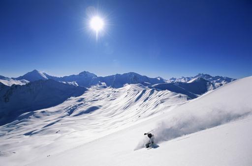 Der Winter ist die Jahreszeit, die wie gemacht zu sein scheint für das charmante Bergdorf Samnaun. Das grösste zusammenhängende Skigebiet der Ostalpen ist eine der schneesichersten Regionen, denn bereits die Talsohle liegt auf 1'800 m.ü.M.