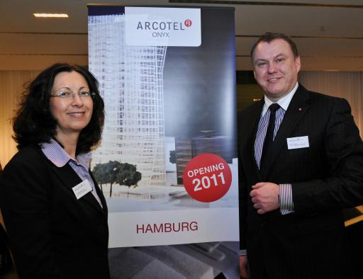 ARCOTEL Eigentümerin Dr. Renate Wimmer und ARCOTEL Hotel AG Vorstand Manfred Mayer mit dem neuen Projek: ARCOTEL Onyx Hamburg