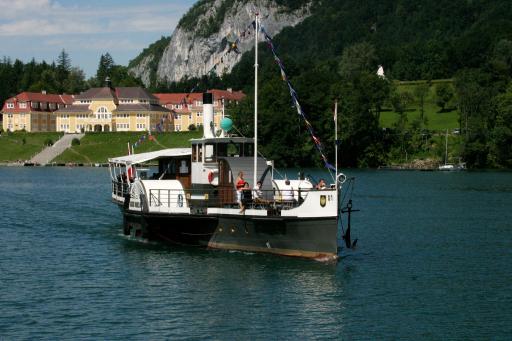 """Der zum 135 Jahr Jubiläum 2008 runderneuerte Schaufelraddampfer """"Kaiser Franz Josef I"""". Die schwimmende Antiquität am Wolfgangsee."""