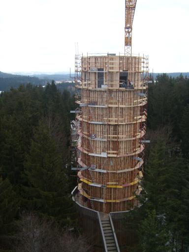 Der vierzig Meter hoher Erlebnisturm des Baumkronenweges - ganz aus Holz - bietet eine traumhafte Aussicht ins Salzkammergut, der Salzburger und Tiroler Bergwelt bis hin ins Bayerische Land hinein.