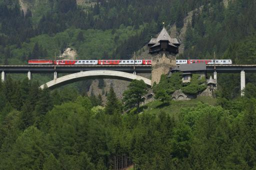 Burg Falkenstein bei Obervellach mit Tauernbahn.
