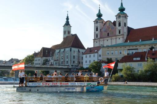 Mit dem CityJetBoat entlang der Steyrer Altstadt bis zum malerischen Zusammenfluss, wo die Wasserfrau auf Sie wartet!