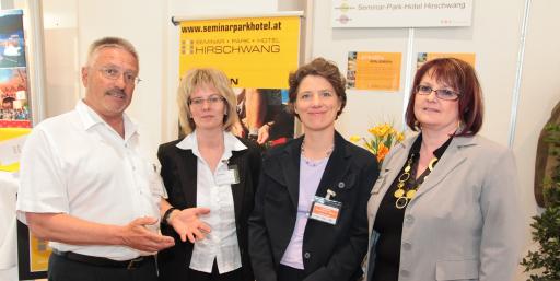 v.l.n.r.: Herr Karl Pichler, Frau Margit Bauer (beide Seminar-Park-Hotel Hirschwang), Frau Christina Neumeister-Böck (n.b.s hotels & locations), Frau Karin Haiden (Seminar-Park-Hotel Hirschwang).